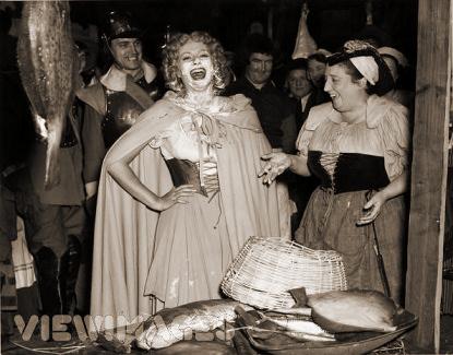 Photograph from Cardboard Cavalier (1949) (19)