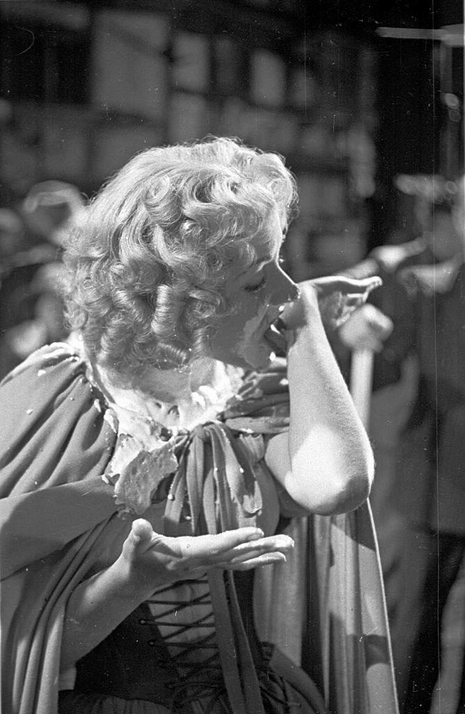 Photograph from Cardboard Cavalier (1949) (20)