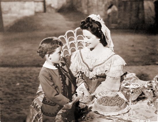 Margaret Lockwood (as Fanny Rosa) in a photograph from Hungry Hill (1947) (22)