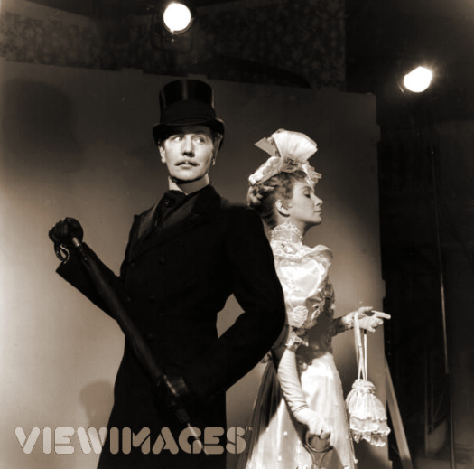 Joan Greenwood and Michael Redgrave (1908 – 1985) pose for publicity stills for the film 'The Importance Of Being Earnest', based on the play by Oscar Wilde