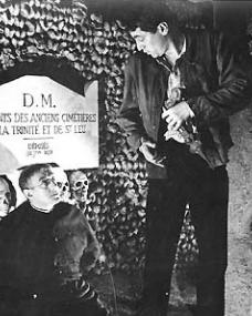 Alec Guinness (as Father Brown) and Peter Finch (as Flambeau) in a photograph from Father Brown (1954) (18)