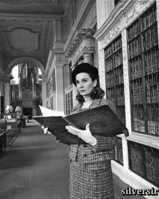 British film star Jean Simmons explores the history of the famous country house, Blenheim Palace, as she prepares to play the role of the Duchess of Marlborough in the forthcoming production of Soldier of Love.