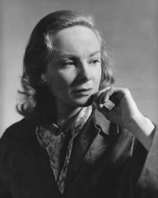 Joan Greenwood (as Daphne Birnley) looks pensive in a photograph from The Man in the White Suit (1951)
