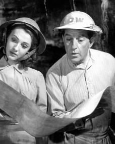 Shirley Pemberton (Barbara Murray) and Arthur Pemberton (Stanley Holloway) in Passport to Pimlico