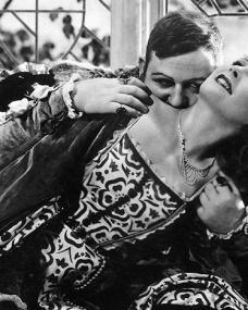 Charles Laughton (Henry VIII) and Merle Oberon (Anne Boleyn – The Second Wife) in a scene from Alexander Korda's The Private Life of Henry VIII (1933)