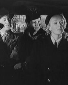 Joan Greenwood (as Ruth Blake), Mervyn Johns (as Tom Blake), Nora Swinbourne (as Celia Blake), Joyce Howard (as Freda Blake) and Alfred Drayton (as Mr. Knight) in a screenshot from They Knew Mr Knight (1944) (3)