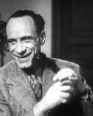Vic Oliver (as Lucky Lyndon) in a screenshot from He Found a Star (1941) (4)