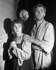 Photograph from The Power of Darkness (1949) featuring Jean Simmons and Stewart Granger